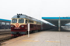 Zug 7360, Tongliao, DF4D-0217, China, Bahnhof, 11.08.2013