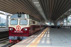 Zug 7317, Dandong, DF4D-0215, China, Bahnhof, 12.08.2013