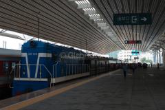 K 27, Diesellok 103, Dandong, China, Bahnsteig, Bahnhof, 13.08.2013