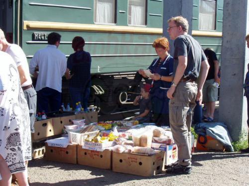 18.08.2004 - Angebot auf dem Bahnsteig von Ilanskaja