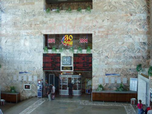 19.08.2004 - Im Empfangsgebäude von Sewerobajkalsak