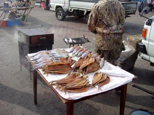 22.08.2004 - Räucherfisch auf dem Markt von Listwjanka