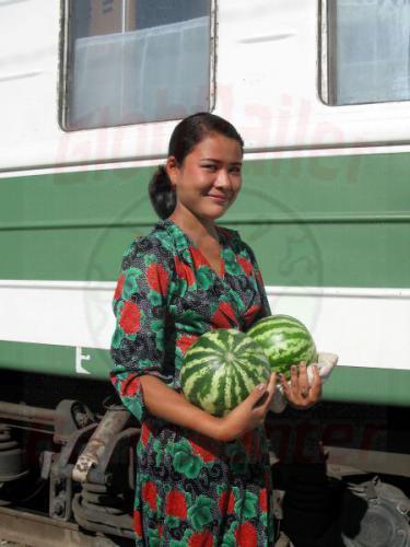 27.07.2007 - Karaozek Bahnhof Melonenverkäuferin