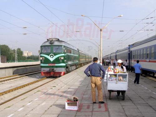 06.08.2007 - Auf dem Bahnsteig von Hami