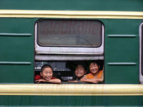 08.08.2007 - Lanzhou Bahnhof-Kinder am Zugfenster