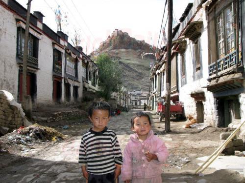 12.08.2007 - Gyantse-Altstadt mit Kinder und Dzong Fort