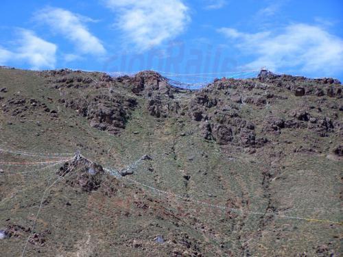 12.08.2007 - Shigatse-Gebetsfahnen am Berg