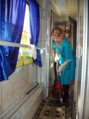 24.09.2003 - Marina beim Staubsaugen im Zug 10