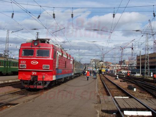 24.09.2003 - EP1 mit Zug 10 Bajkal im Bahnhof von Krasnoja