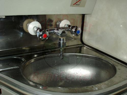 24.09.2003 - Waschbecken im Zug