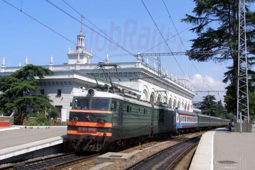 02.08.2006 - Sotschi Bahnhof mit Zug aus Moskva