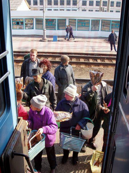 22.04.2003 - Fischverkäufer am Zug in Sljudjanka