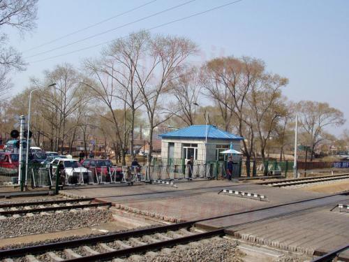 25.04.2003 - Typischer Bahnübergang in China
