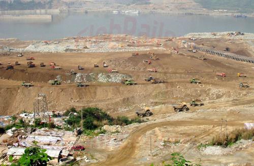 31.04.2003 - Ameisenhaufen am Jangtzestaudamm